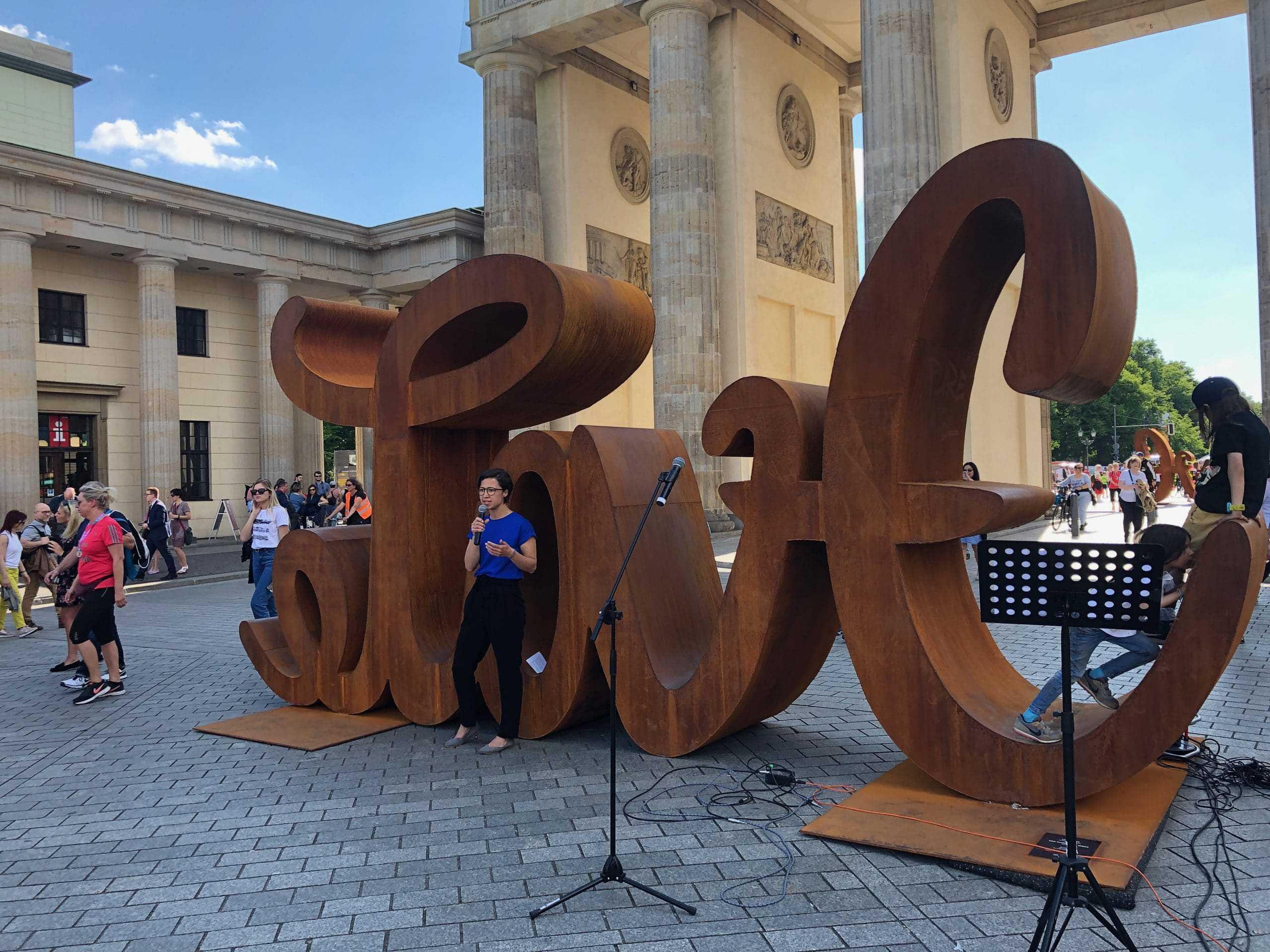 Hannah vor dem Brandenburger Tor